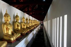cidade, país, mm dd, aaaa - estátuas de ouro de Buda no templo foto
