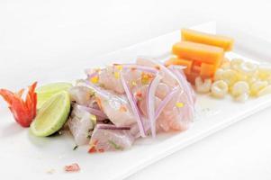 prato de ceviche símbolo da gastronomia peruana peru foto