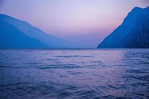 o momento antes do pôr do sol no lago garda, trento, itália foto