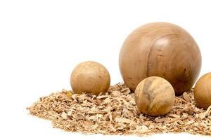 bolas de madeira torneadas à mão decoradas com serragem isolada no branco foto