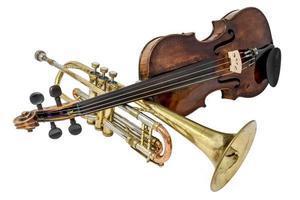 trompete antigo com arranhões e amassados e violino isolado no branco foto