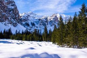 picos das dolomitas cobertos de neve foto