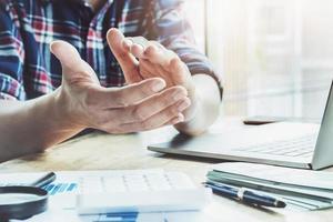 empresários mostram uma ideia na reunião com um gesto foto