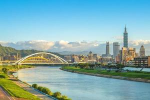 horizonte da cidade de taipei perto do rio foto