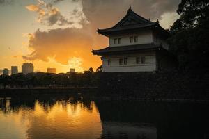 pôr do sol no castelo edo em tokyo, japão, no inverno foto
