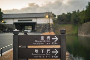 sinal no castelo edo em tokyo, japão no inverno foto
