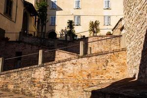 escadas na cidade central de gubbio em umbria, itália foto