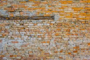 parede de tijolos erodida foto