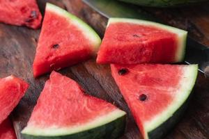fruta melancia fresca na mesa foto