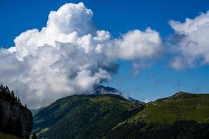 vista do monte altissimo di nago em trento, itália foto