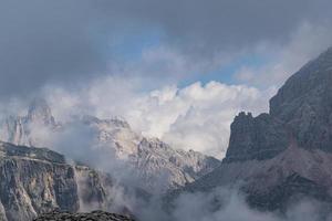 nuvens sobre as dolomitas foto