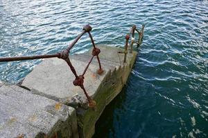 velhas escadas abandonadas no porto foto
