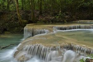 cachoeira erawan em uma floresta da tailândia foto