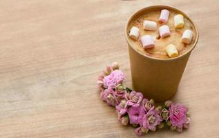 chocolate quente com marshmallows foto