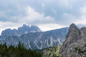 nuvens sobre os picos das dolomitas foto