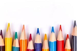 conjunto de lápis de cor bem definidos em um fundo branco foto