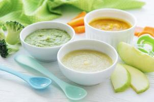 variedade de purê de frutas e vegetais foto