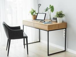 local de trabalho de escritório com laptop foto