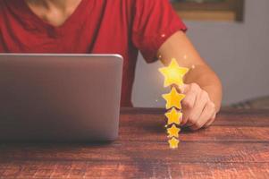 os clientes dão uma classificação de satisfação com o serviço de cinco estrelas foto