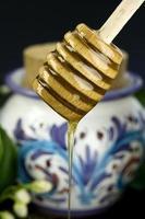 pingando mel em um fundo preto foto