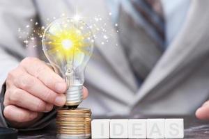 empresário mão lâmpada em cions e conceito de inovação e inspiração de ideias foto