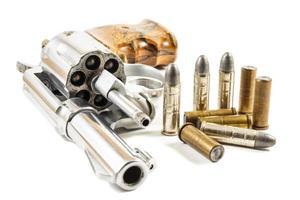 revólver e fundo isolado de balas foto