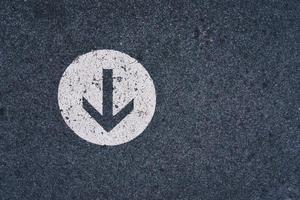 seta sinalização rodoviária na rua foto