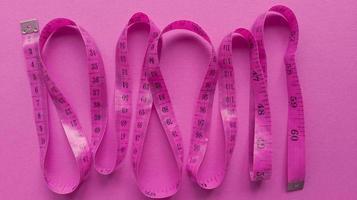 centímetro rosa em fundo rosa plano simples com textura pastel foto de estoque de conceito de fitness