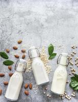 garrafas com diferentes leites vegetais foto