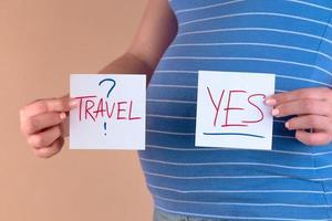 uma visão aproximada da barriga de uma mulher grávida com as palavras sim e não foto