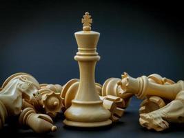 conceito de xadrez de salvar o rei e salvar a estratégia foto