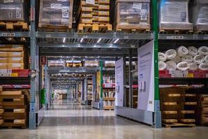 corredor de armazém em uma loja ikea foto