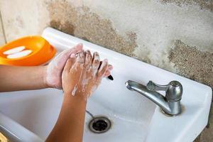 lave as mãos com sabonete para prevenir vírus como o cobiçado foto
