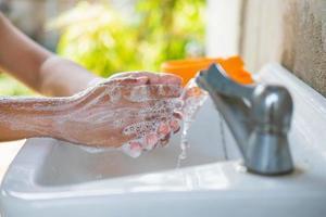 lave as mãos com sabonete para prevenir o coronavírus foto