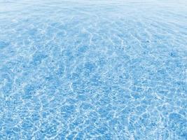 textura de água azul com pequenas ondas em dia ensolarado banco de imagens foto