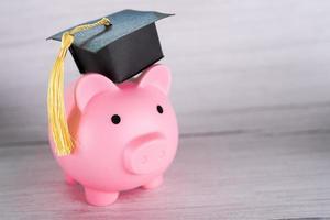 cofrinho com chapéu de formatura negócios finanças educação economizando dinheiro conceito bolsa de estudos foto