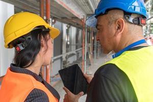 trabalhadores da construção civil vista traseira foto