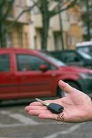 mão masculina segurando a chave de um carro foto