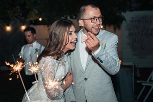 fotografia de casamento das emoções da noiva e do noivo em diferentes locais foto