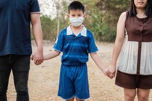 família cuidando do vírus covid 19 foto