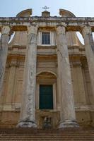antigo templo romano de antonino e faustina em roma itália foto