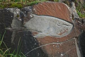 imagem de baleia esculpida em rochas qaqortoq Groenlândia foto