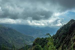 camadas de colinas com céu foto