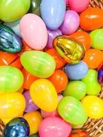 uma cesta de ovos de plástico multicoloridos foto