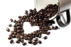 grãos de café em forma de coração da xícara foto