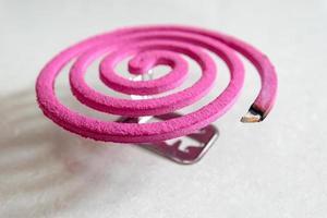 close de um repelente de mosquito de cor rosa foto