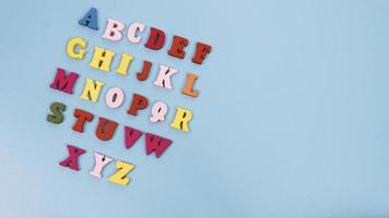 letras do alfabeto isolado fundo azul foto