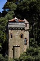 portofino, itália, 2021 - antiga torre em uma colina foto