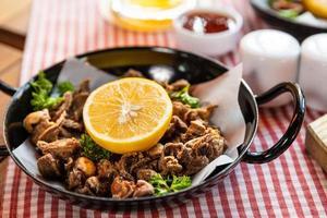 saborosa roleta de refeição de carne com limão close up foto