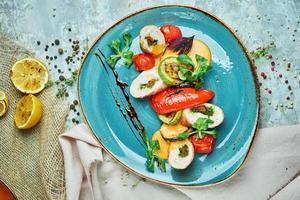 rolo de frango recheado com temperos e vegetais grelhados foto